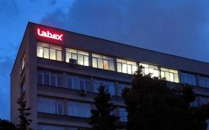 La oficina de Labex por la noche